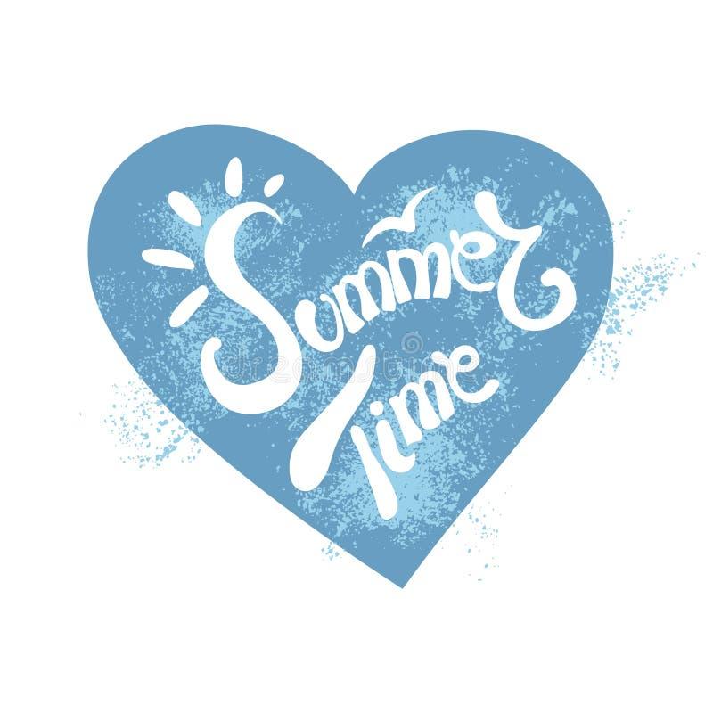 Bokstäver för vektor för hand för sommartid skriftlig Vit skrift med solstrålarna inom ett blått ljus för hjärtaformwhith - blått royaltyfri illustrationer