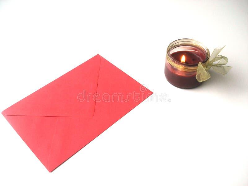 Bokstäver med förälskelse för St-valentindag med stearinljuset arkivfoto