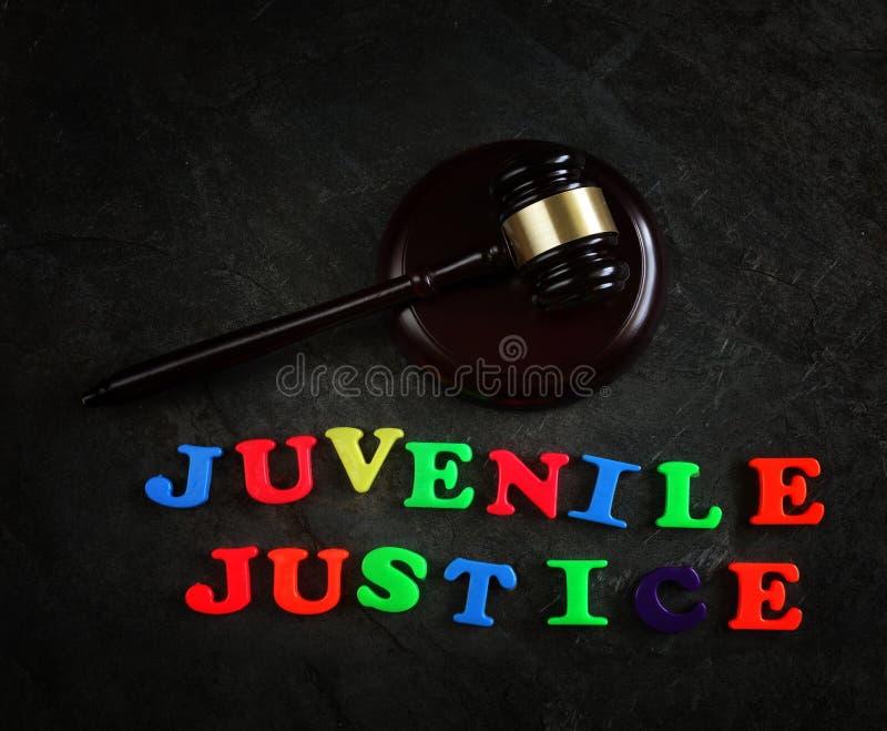 Bokstäver och auktionsklubba för barnslig rättvisa arkivbilder