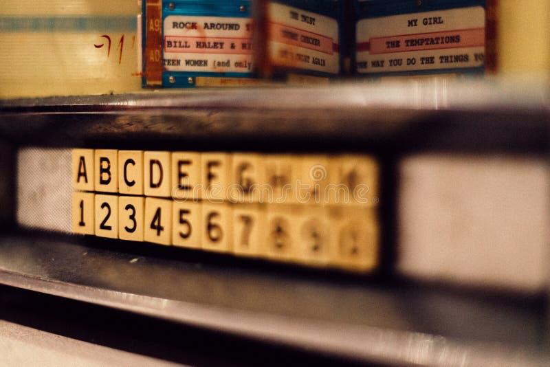 Bokst?ver och nummer p? en v?gg i ett dagis royaltyfria bilder