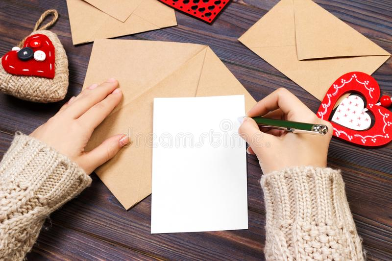 Bokstav för kvinnahandstilförälskelse eller romantikerdikt för valentindagen, bästa sikt av kvinnliga händer Valentindagbegrepp m fotografering för bildbyråer