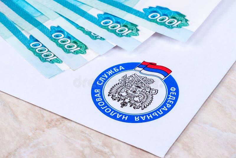 Bokstav för skattbetalningmeddelande med logoen av federal skattservicen royaltyfri bild