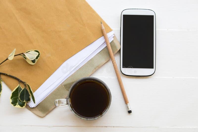 Bokstav mobiltelefon för affärsarbete på kontorsskrivbordet royaltyfria foton