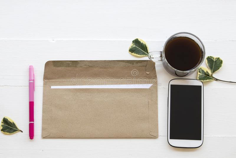 Bokstav mobiltelefon för affärsarbete på kontorsskrivbordet arkivbilder