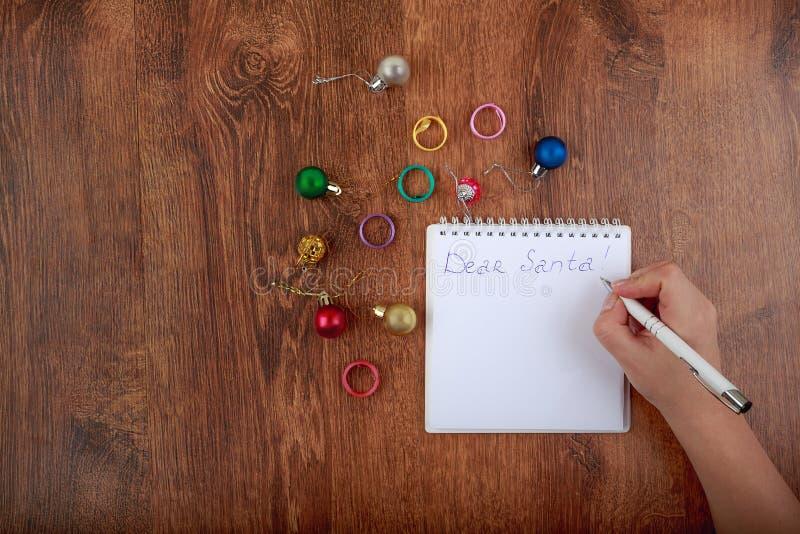 Bokstav till Santa Claus på den dekorerade trätabellen arkivfoton