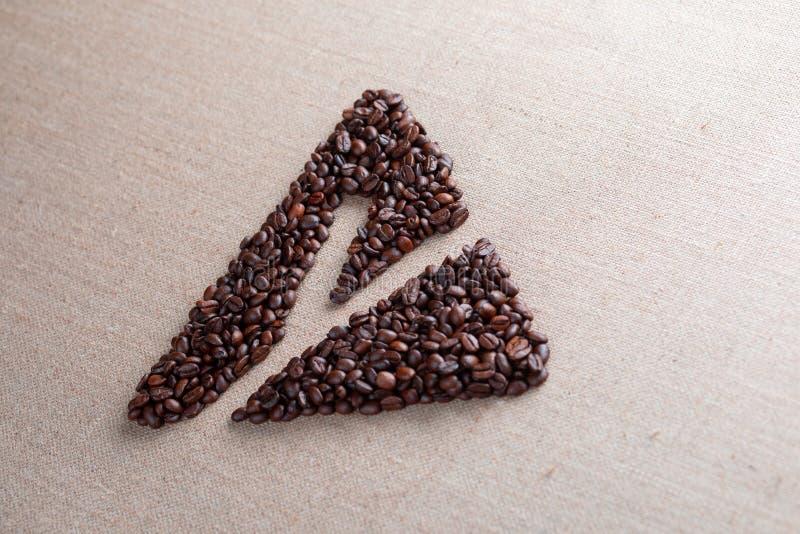 Bokstav y inneslutad i triangeln som g?ras av kaffeb?nor, skott i perspektiv arkivfoto