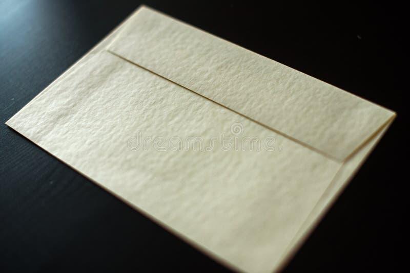 Bokstavskuvert på svart bakgrund Modell för din design arkivbilder