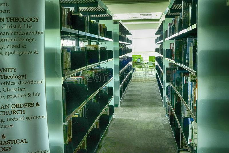 Bokstavsrader i bibliotek arkivfoto