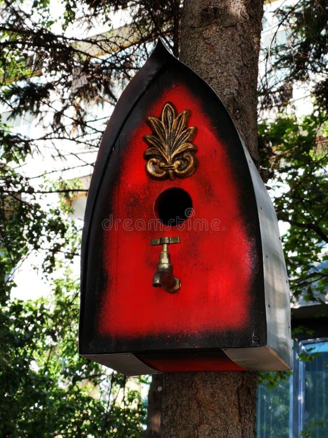 Boksuje dla ptaków na bagażniku drzewo fotografia stock