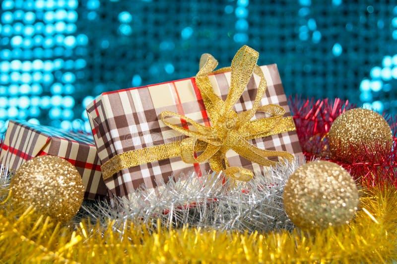Boksuje prezenty na błyszczącym tle zdjęcie royalty free