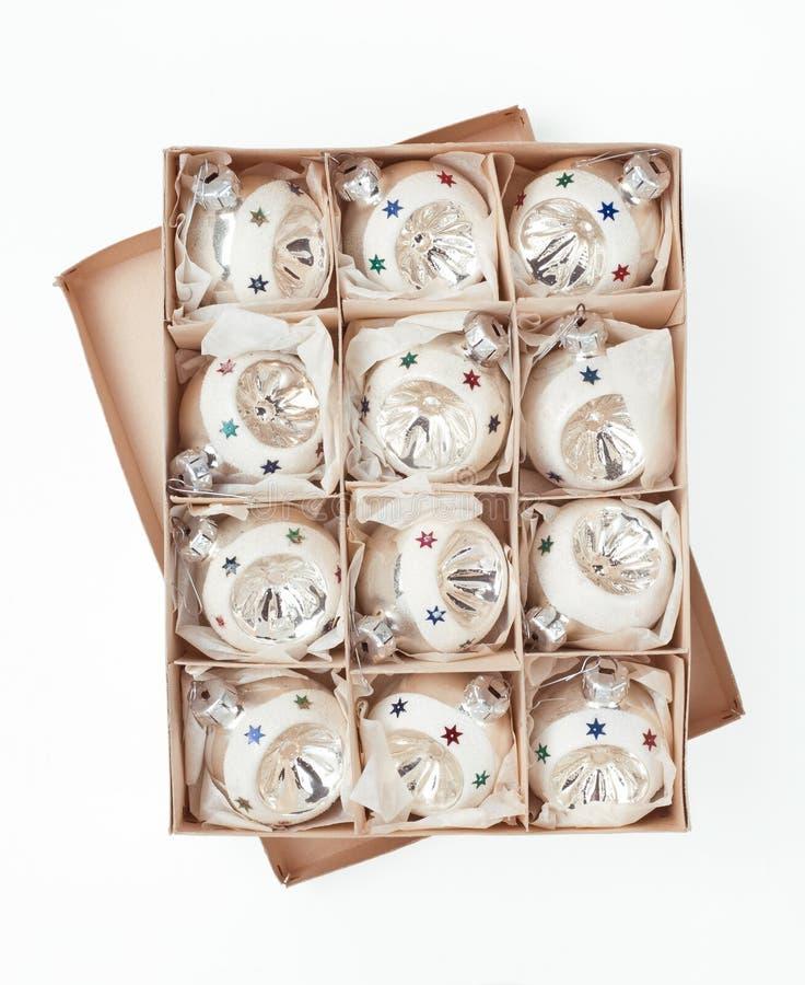 Boksuje z roczników Bożenarodzeniowymi baubles odizolowywającymi nad bielem fotografia stock