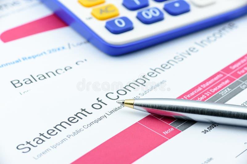 Bolígrafo azul en la declaración de una compañía de la renta completa foto de archivo