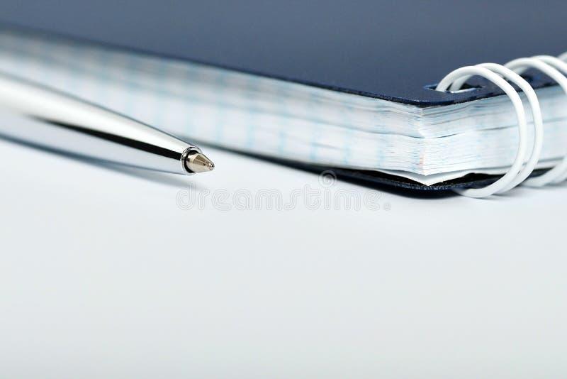 Bolígrafo de plata con el cuaderno cerrado fotos de archivo libres de regalías