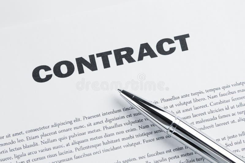 Bolígrafo en el contrato imágenes de archivo libres de regalías