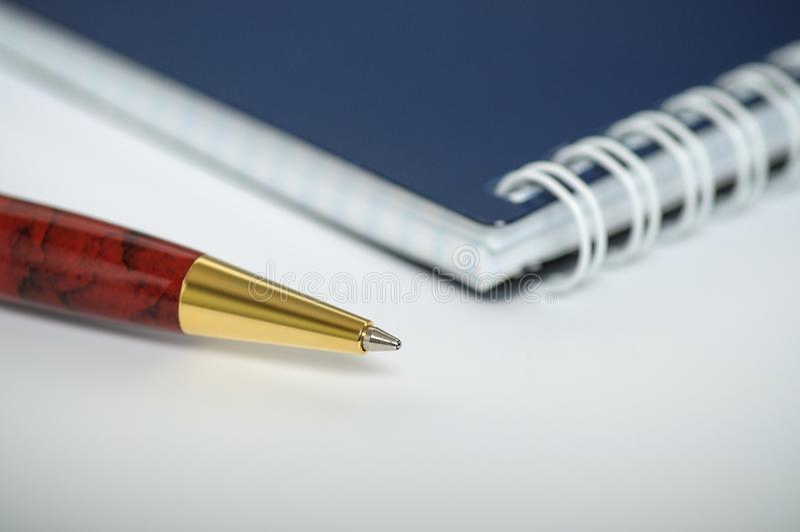 Bolígrafo hermoso con el cuaderno cerrado fotografía de archivo libre de regalías