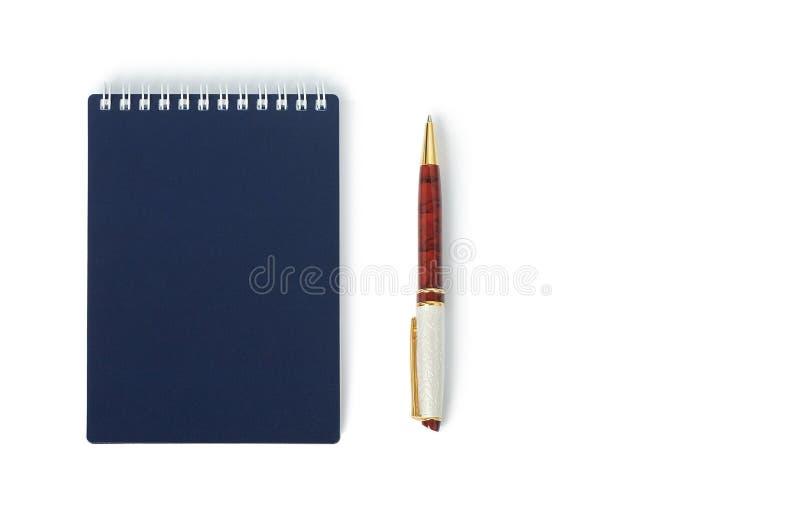 Bolígrafo hermoso con el cuaderno cerrado aislado imágenes de archivo libres de regalías
