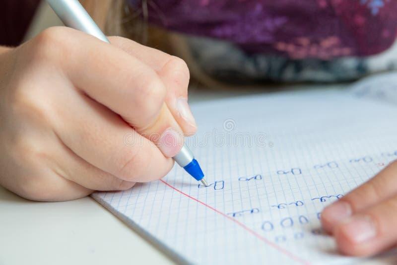 Bolígrafo y escritura para niños en cuaderno. Cerrar fotografía de archivo