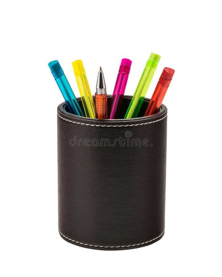 Bolígrafos coloreados en un tenedor de cuero foto de archivo