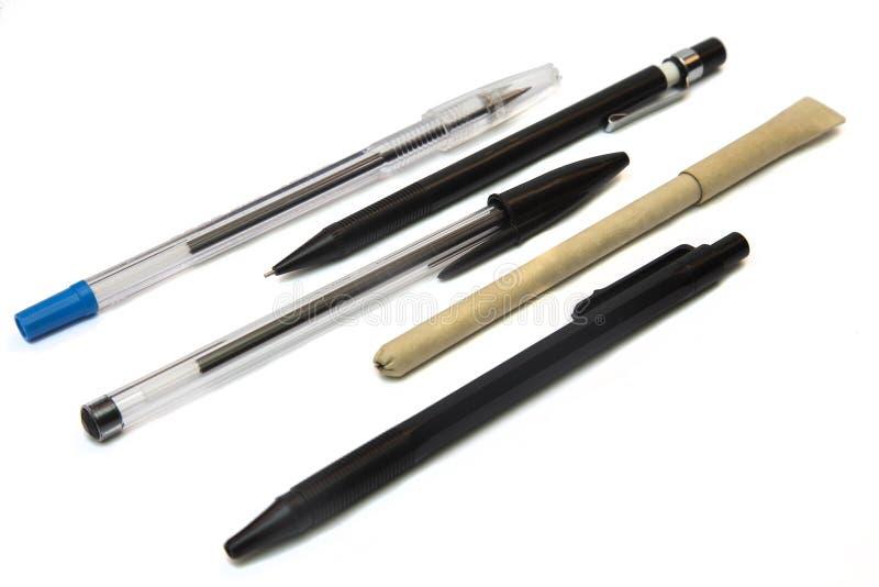 Bolígrafos disponibles aislados en el fondo blanco imagen de archivo