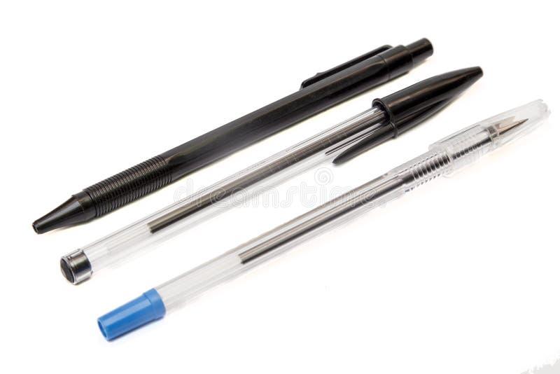 Bolígrafos disponibles aislados en el fondo blanco imagenes de archivo