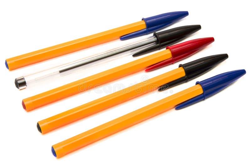 Bolígrafos disponibles multicolores aislados en el fondo blanco imagen de archivo
