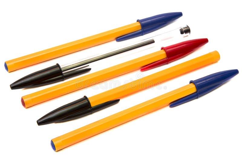 Bolígrafos disponibles multicolores aislados en el fondo blanco foto de archivo