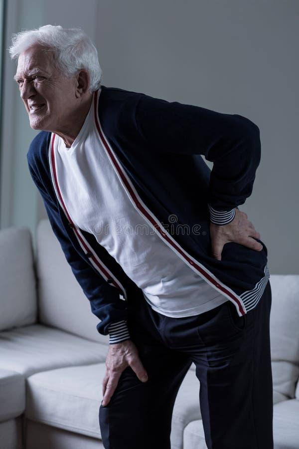 bolącego plecy łóżka bolący target759_0_ wizerunku uraz target762_0_ męskiego mężczyzna mięśnia szyi bólu stronniczo surowego ram zdjęcie royalty free