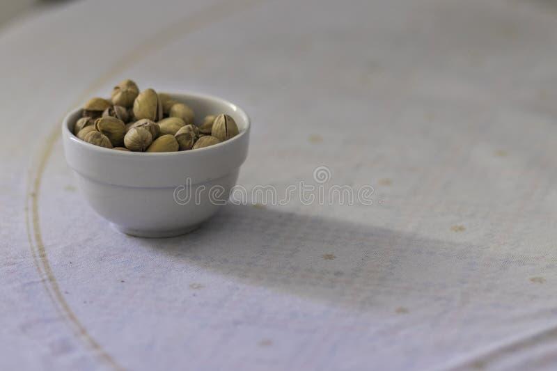 Bol complètement de pistaches photographie stock