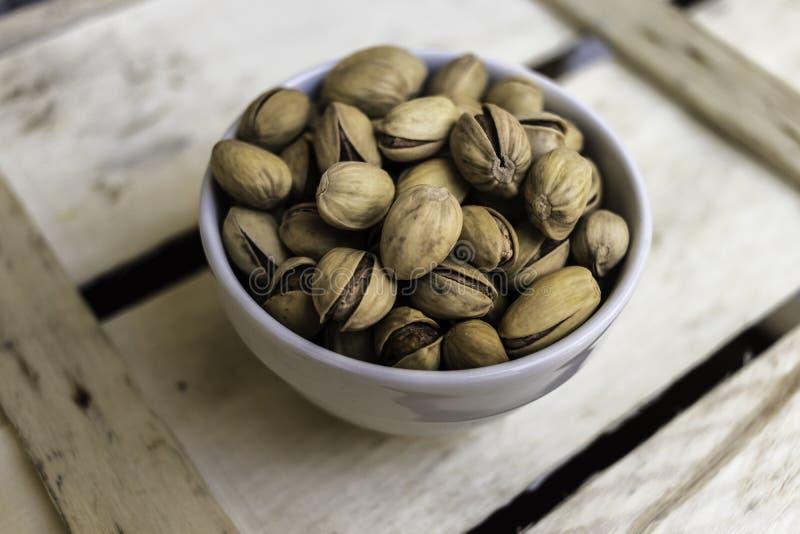 Bol complètement de pistaches siciliennes délicieuses photo libre de droits