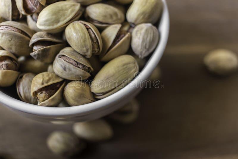Bol complètement de pistaches siciliennes délicieuses image libre de droits