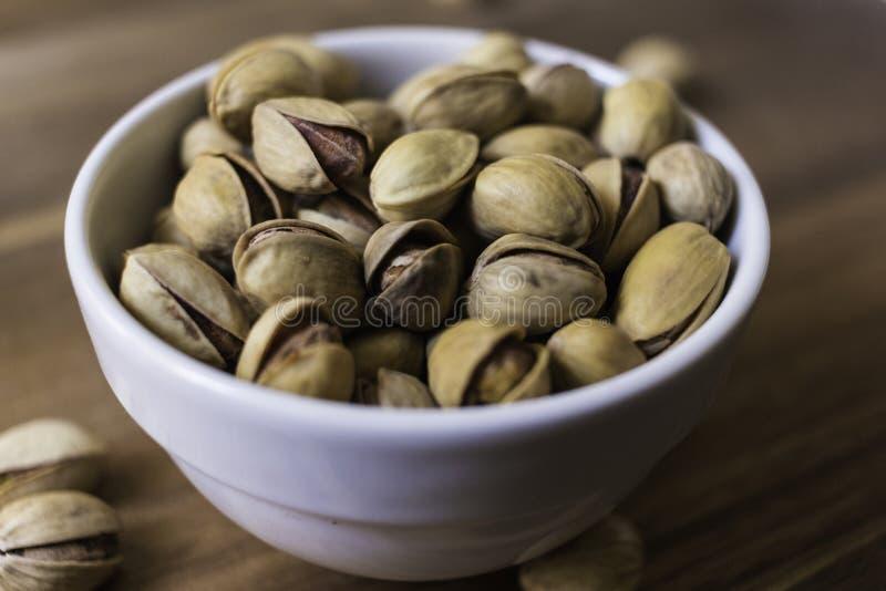 Bol complètement de pistaches siciliennes délicieuses images libres de droits