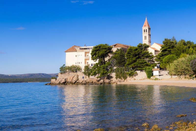 Bol, Croazia, spiaggia al vecchio monastero domenicano, Bol, isola di Brac, Croazia fotografia stock libera da diritti