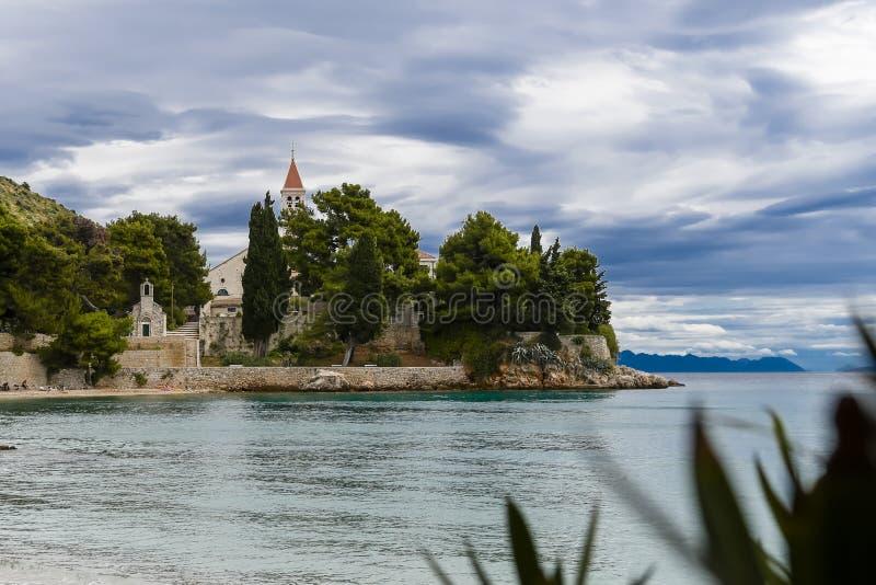 Bol, Croazia, spiaggia al vecchio monastero domenicano, Bol, isola di Brac, Croazia immagine stock