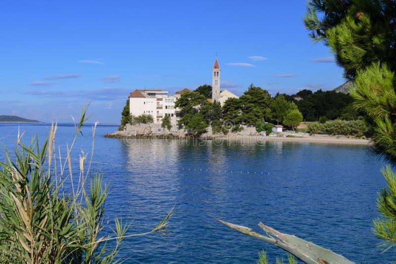 Bol, Croazia, spiaggia al vecchio monastero domenicano, Bol, isola di Brac, Croazia fotografie stock