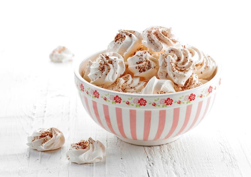 Bol de biscuits de meringue photographie stock libre de droits