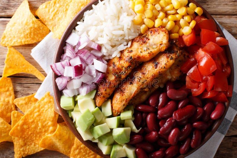 Bol de Burrito avec le poulet grillé et les légumes en gros plan Horiz images libres de droits