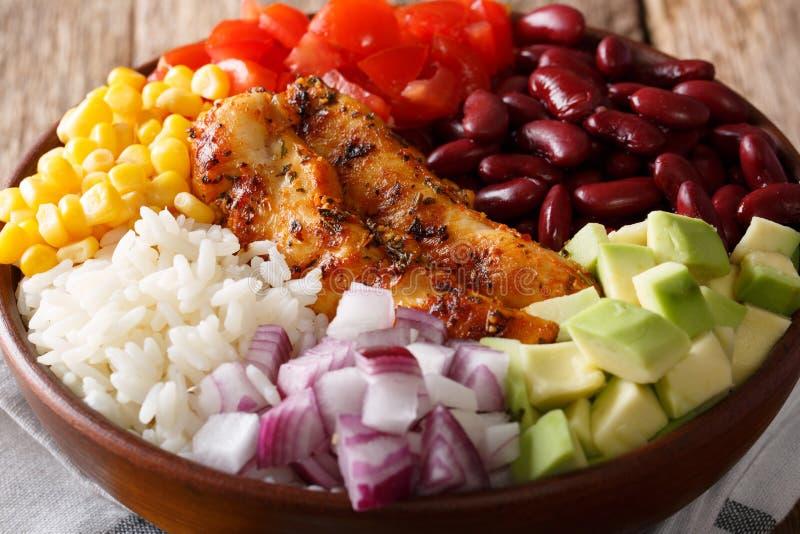 Bol de Burrito avec le poulet, riz, avocat, haricots, tomates, maïs images libres de droits