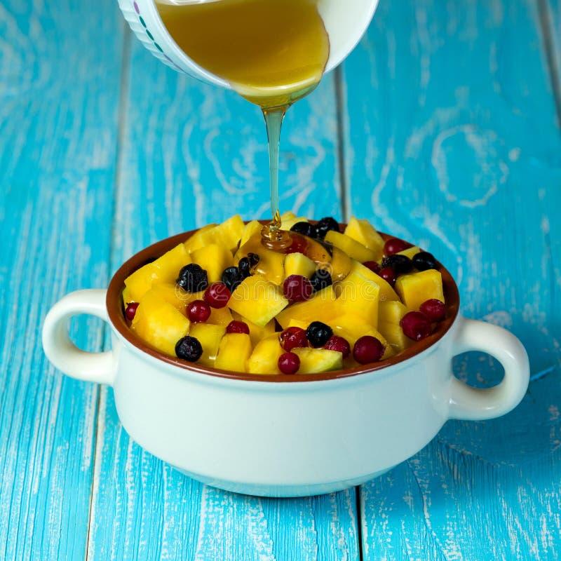 Bol de céréales avec la mangue et le miel images stock