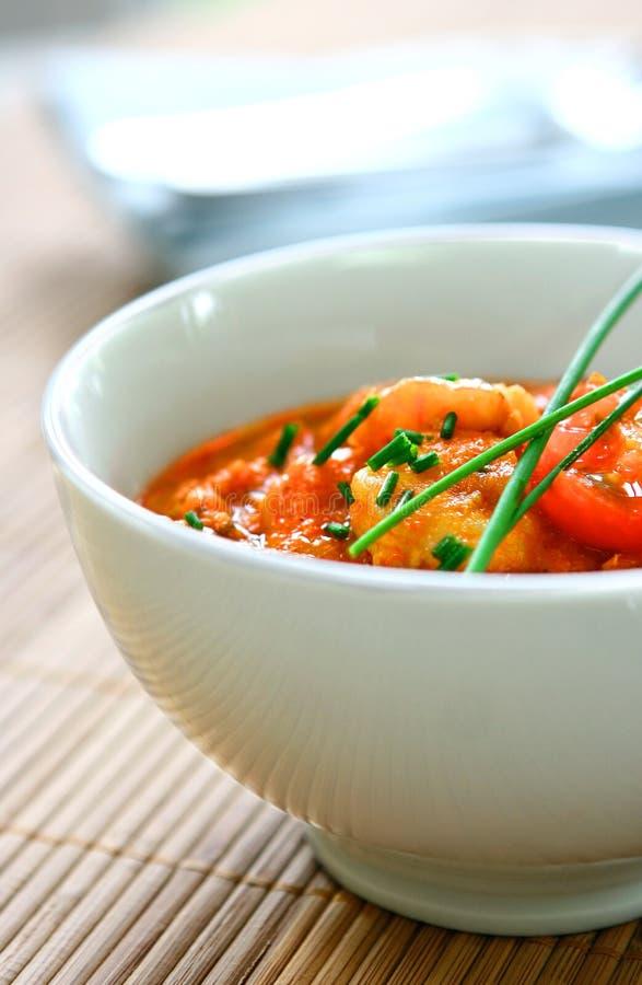Bol de cari frais cuit de crevette rose images libres de droits