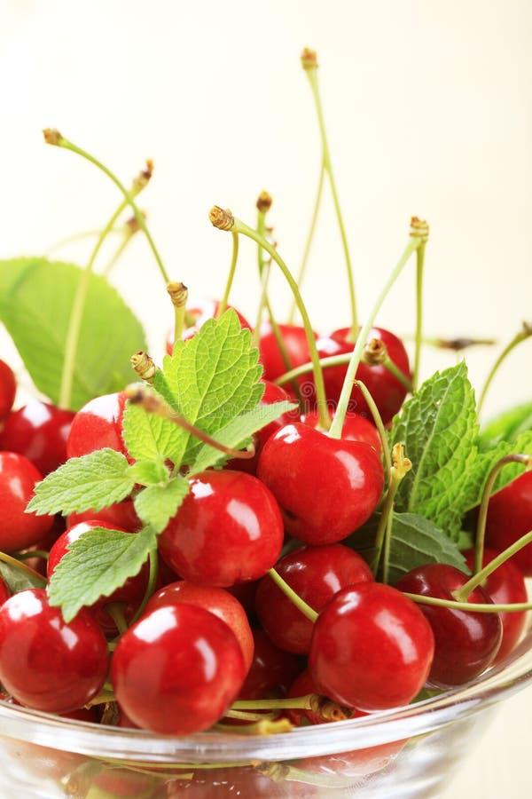 Bol de cerises rouges fraîches photo stock