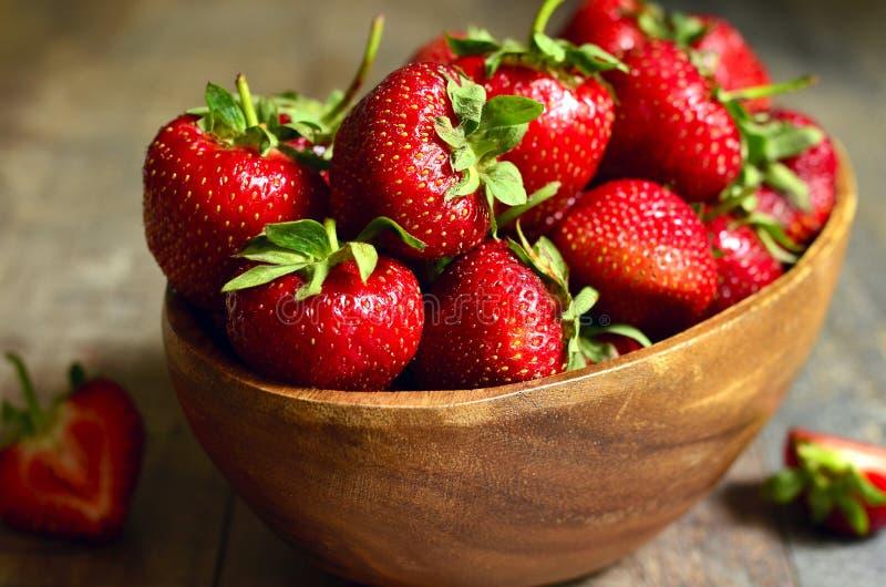 Bol de cuvette de la fraise organique fraîche photos stock