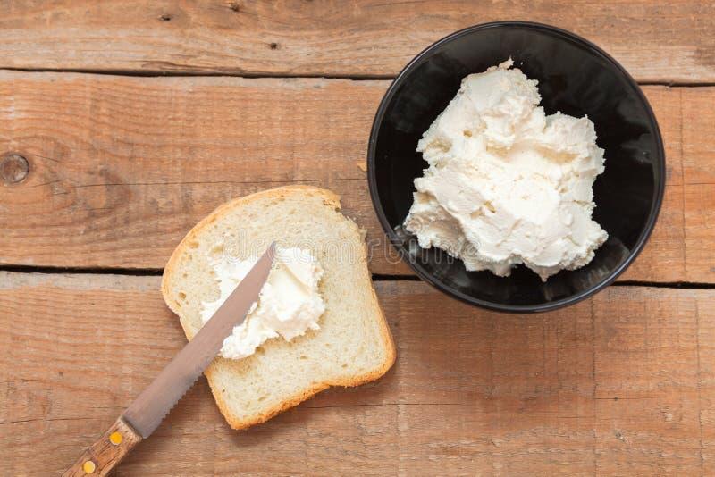 Bol de fromage fondu et de pain frais photo stock