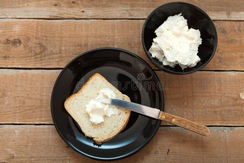 Bol de fromage fondu et de pain frais images stock