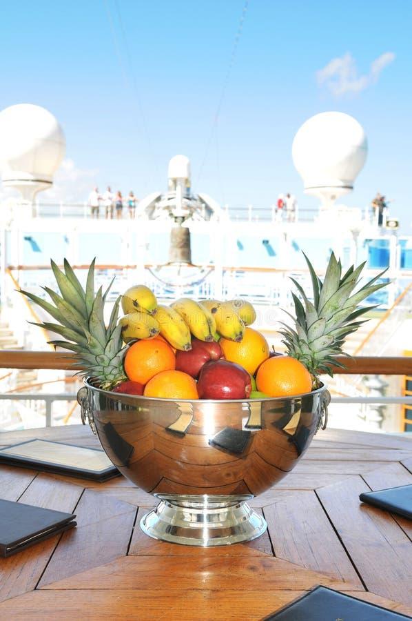 Bol de fruit sur le bateau de croisière image libre de droits