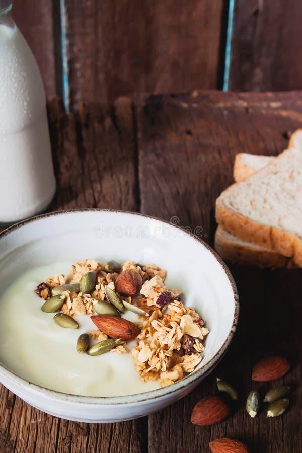 Bol de granola faite maison d'amande sur le yaourt simple, lifesty sain photo libre de droits