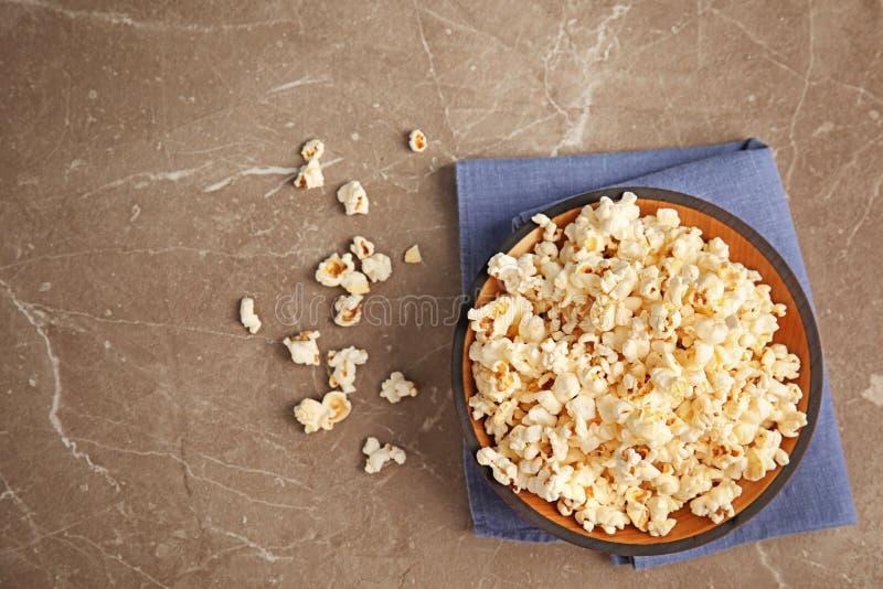 Bol de maïs éclaté savoureux sur le fond gris, photo libre de droits