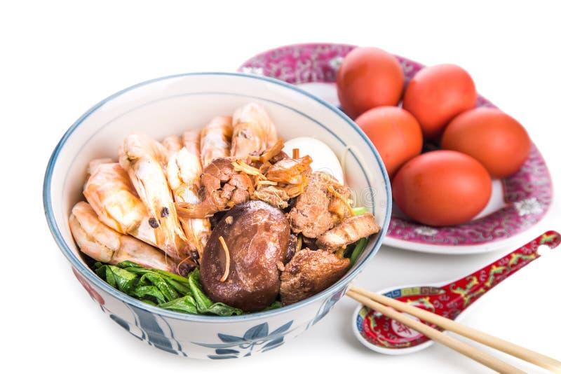 Bol de nouille chinoise d'anniversaire avec des fruits de mer, viande, oeufs rouges photos stock
