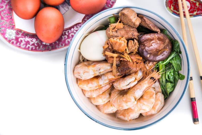 Bol de nouille chinoise d'anniversaire avec des fruits de mer, viande, oeufs rouges photo libre de droits