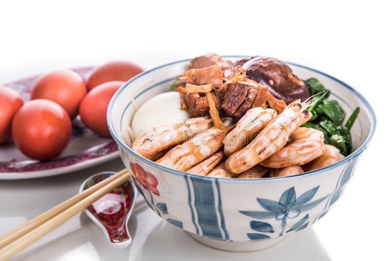 Bol de nouille chinoise d'anniversaire avec des fruits de mer, viande, oeufs rouges photos libres de droits