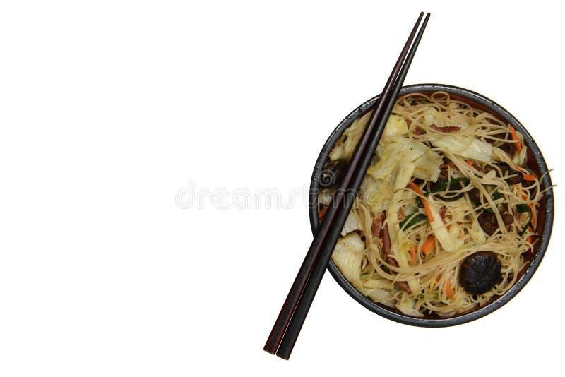Bol de nouilles avec des légumes d'isolement sur le blanc photos libres de droits
